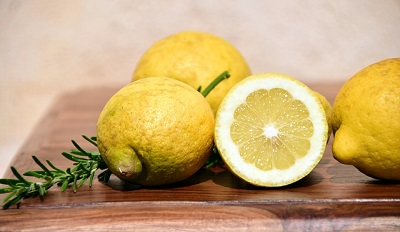 Lemon juice for cleaning mould from vertical blinds